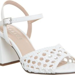 63€. Sandalias blancas de estilo vintage.