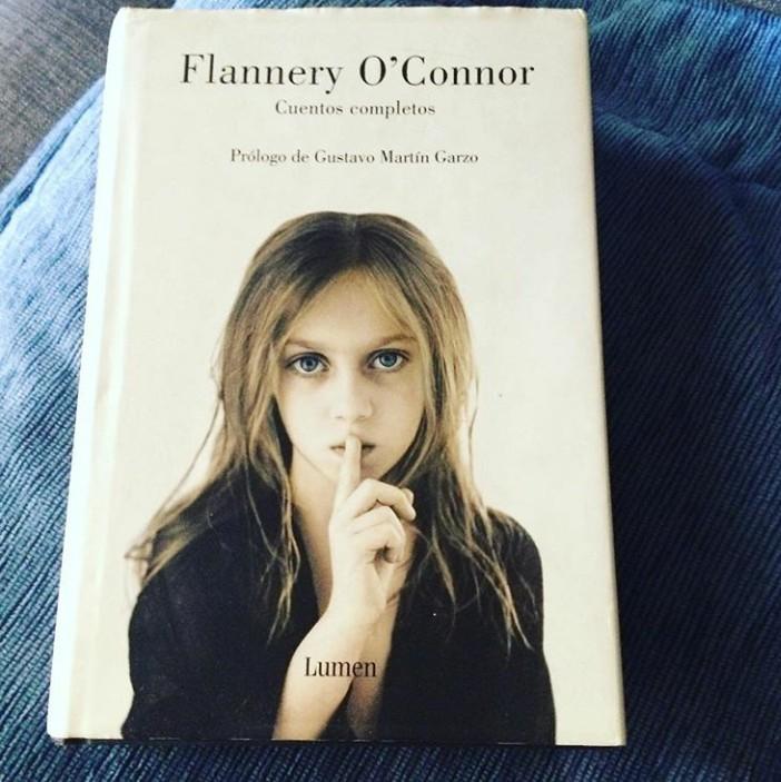 Cuentos Completos de Flannery O ́Connor,  la imagen de la portada me acompaña desde  entonces con una insistencia particular.